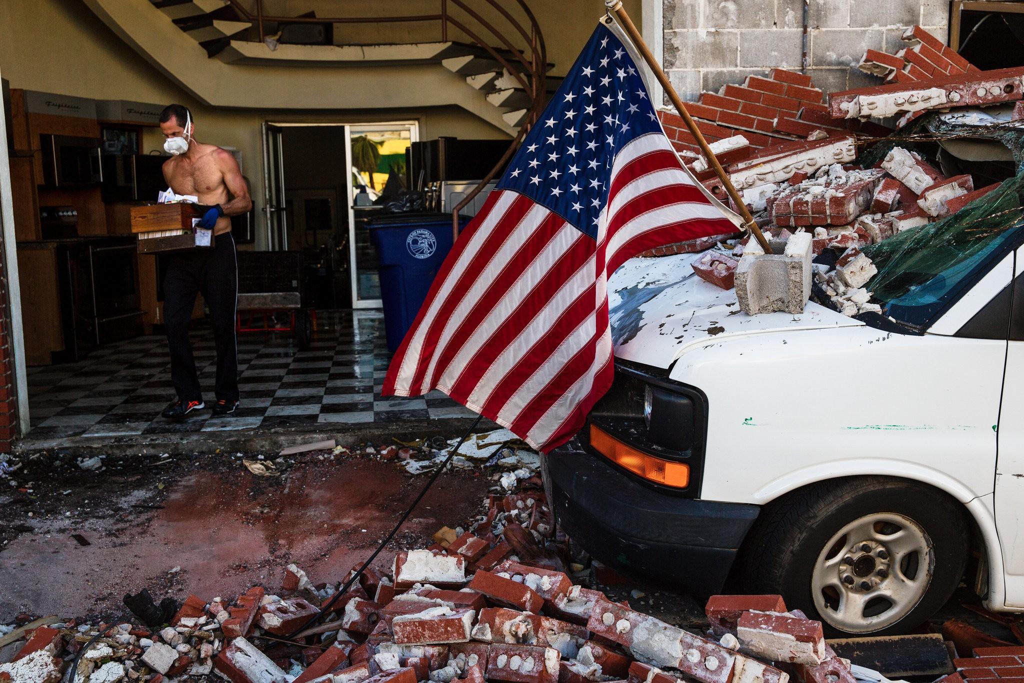 Дванаесет жртви на ураганот Мајкл