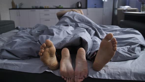 Дали зимата може да ви ја убие желбата за секс?