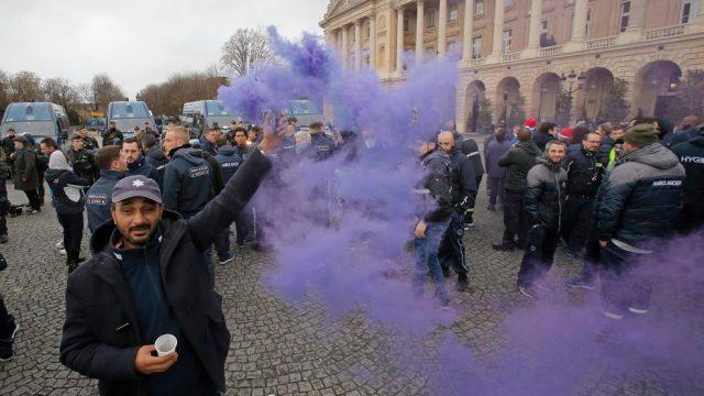 Париз во страв, затворени Лувр и Ајфеловата кула