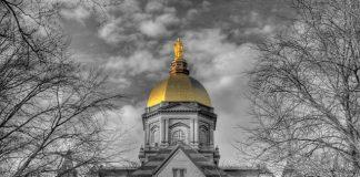 Универзитетот Нотрдам е меѓу врвните истражувачки институции во САД и е познат по својата златна купола на главната зграда.